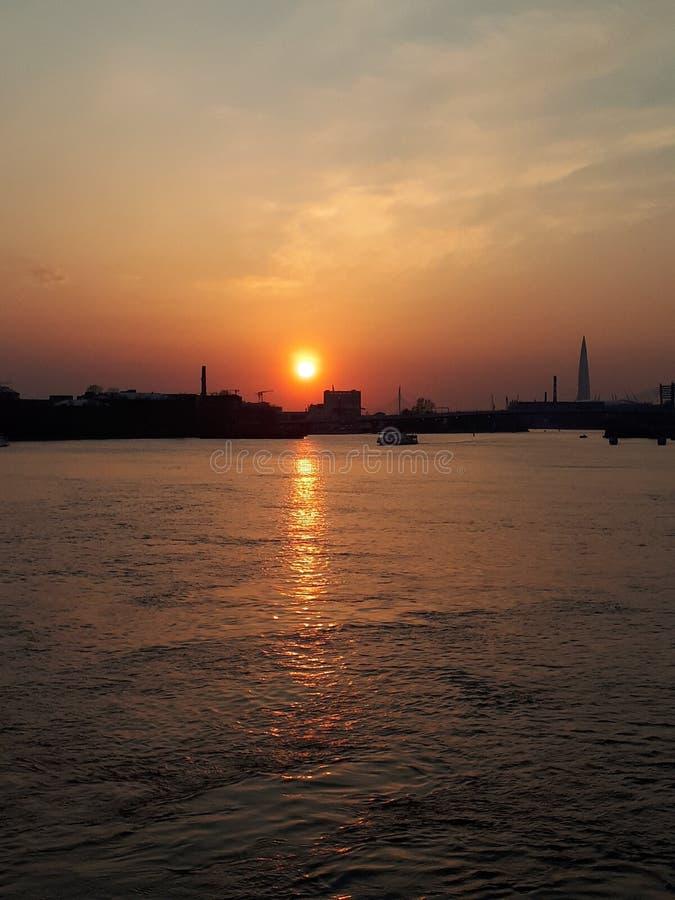Solnedg?ng i staden, St Petersburg, Ryssland arkivfoton