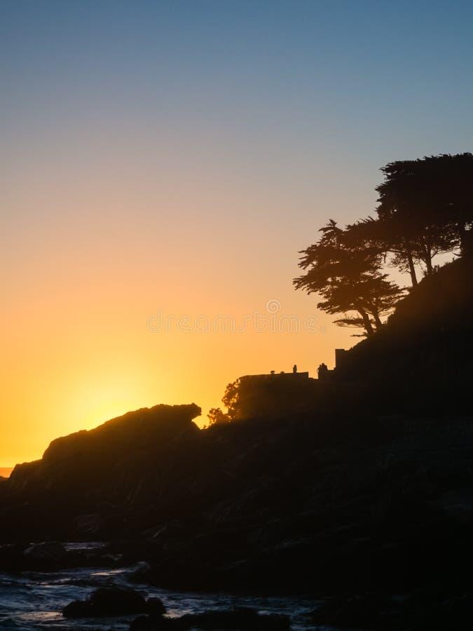 Solnedg?ng i stranden av Zapallar i Chile Solljus p royaltyfri foto
