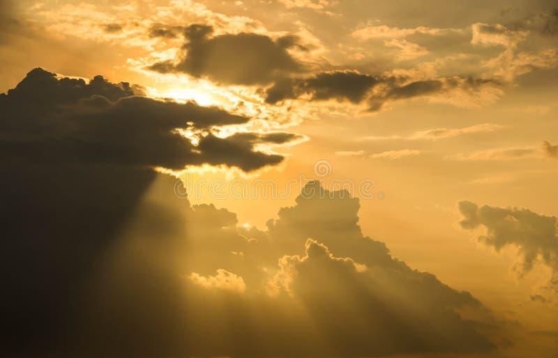 Solnedg?ng och moln i himmel f?r bakgrund arkivfoto