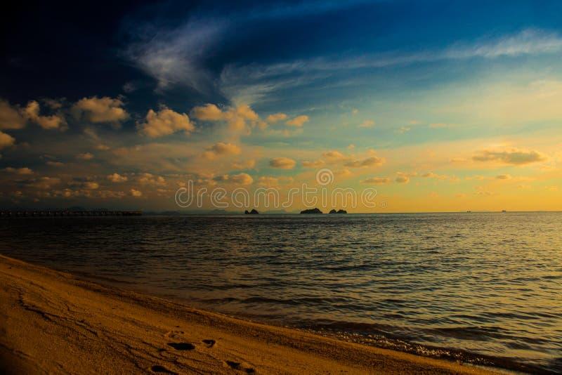 Solnedg?ng och strand ovanf?r h?rlig havssolnedg?ng royaltyfria foton