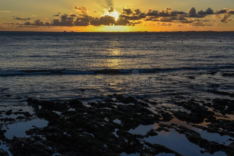 Solnedg?ng p? den Porto da Barra stranden i Salvador Bahia, Brasilien royaltyfri foto