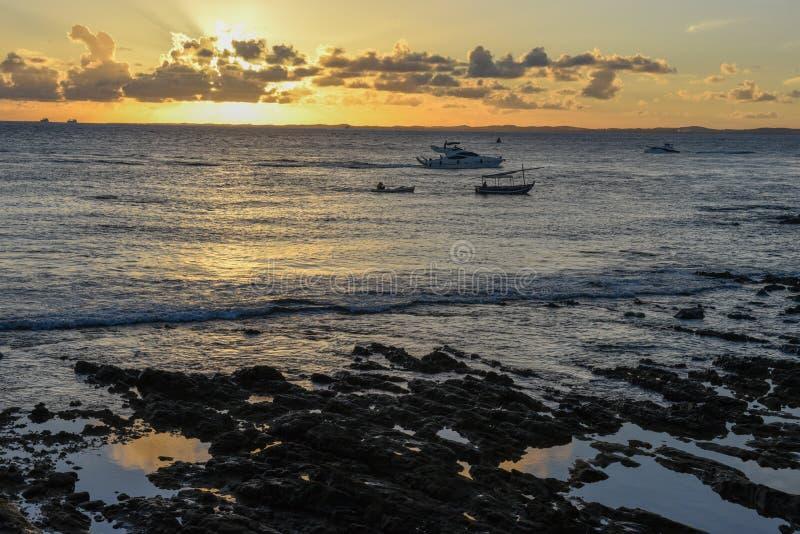 Solnedg?ng p? den Porto da Barra stranden i Salvador Bahia, Brasilien royaltyfria bilder