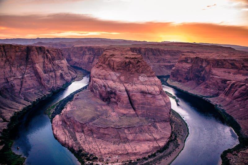 Solnedg?ng p? h?stskokr?kningkanjonen - Grand Canyon med Coloradofloden - som lokaliseras p? sidan, Arizona - USA royaltyfria foton