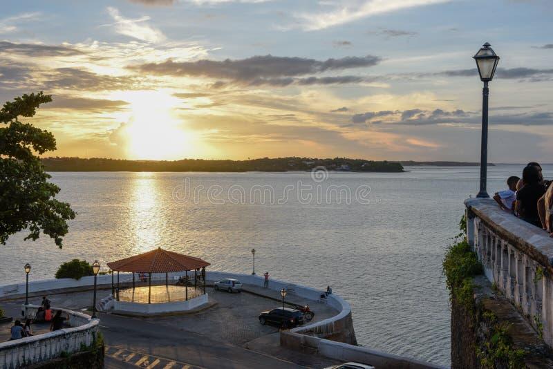 Solnedg?ng p? kusten av Sao Luis i Brasilien royaltyfri bild