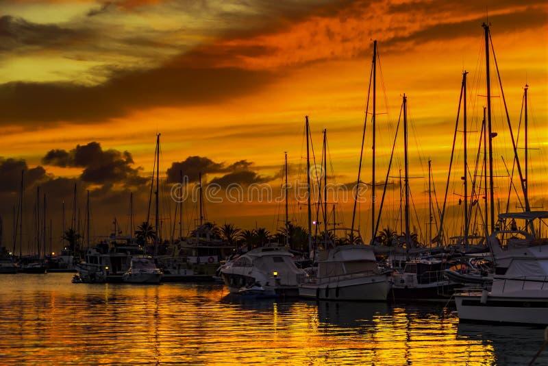 Solnedg?ng p? marinaen Mazarrà³ n, Murcia, Cartagena, Spanien arkivbild