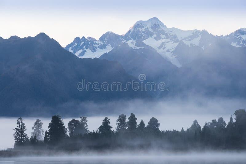 Solnedg?ng p? ?ngar under nollan Tuawe f?r r?vglaci?ren/Te Moeka Det är den tempererade maritima glaciären som lokaliseras i West royaltyfri foto