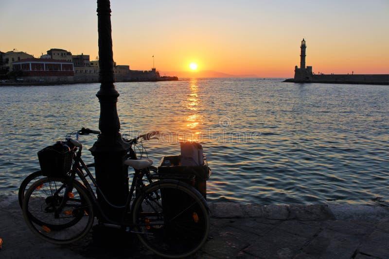 Solnedg?ng ?ver den h?rliga Venetian porten av Chania arkivbilder