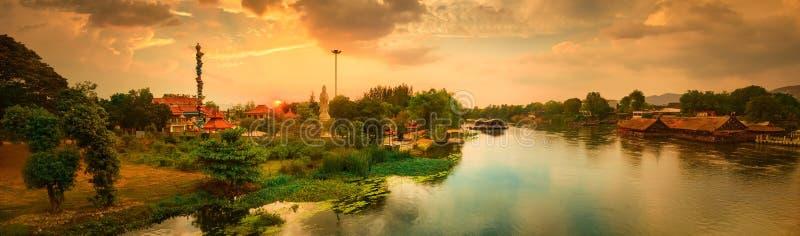 Solnedg?ng ?ver den Kwai floden, Kanchanaburi, Thailand panorama arkivfoton