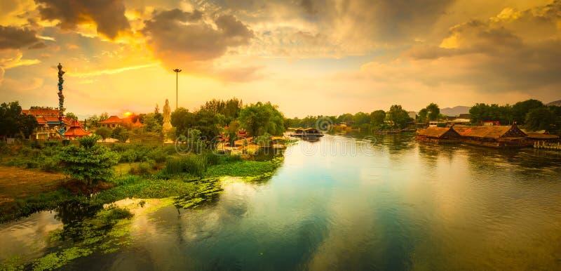 Solnedg?ng ?ver den Kwai floden, Kanchanaburi, Thailand panorama royaltyfri bild