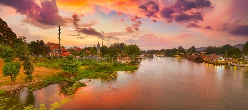 Solnedg?ng ?ver den Kwai floden, Kanchanaburi, Thailand panorama royaltyfria foton