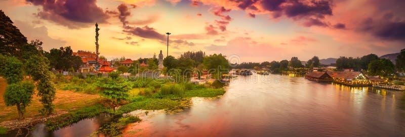 Solnedg?ng ?ver den Kwai floden, Kanchanaburi, Thailand panorama royaltyfri foto