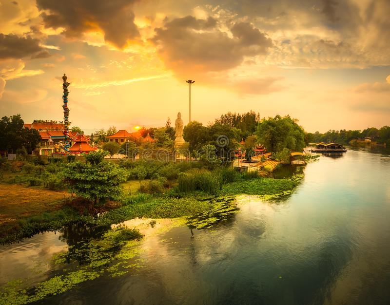 Solnedg?ng ?ver den Kwai floden, Kanchanaburi, Thailand royaltyfria foton