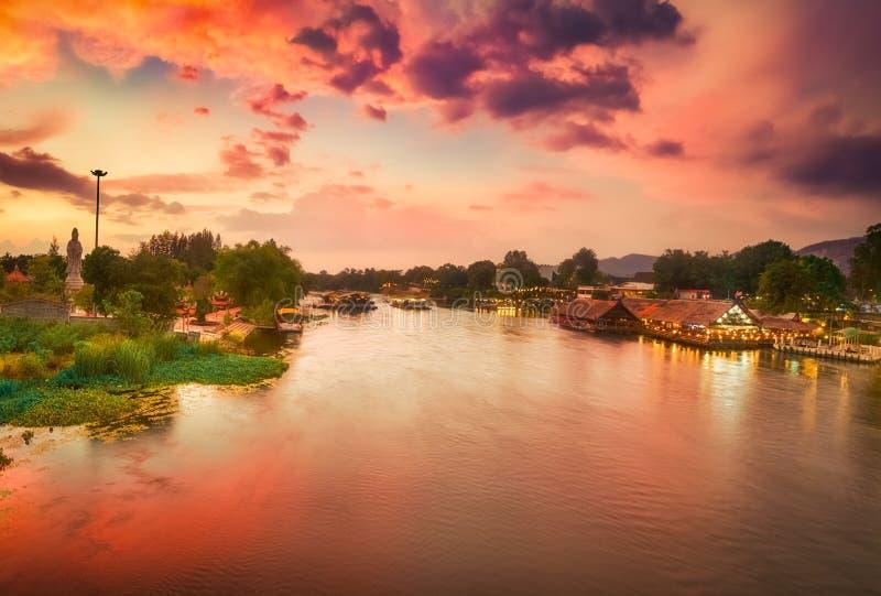 Solnedg?ng ?ver den Kwai floden, Kanchanaburi, Thailand royaltyfri bild