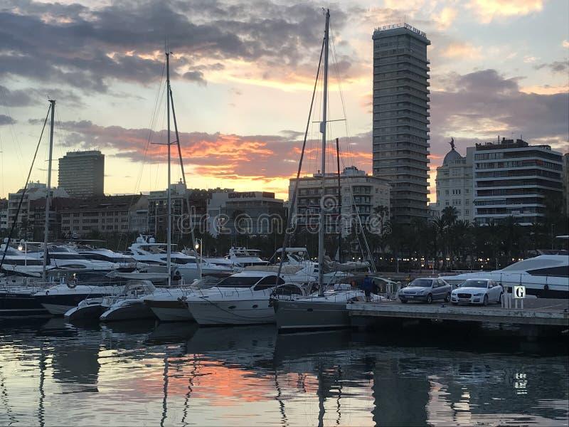 Solnedg?ng ?ver porten av Alicante, Spanien royaltyfri foto