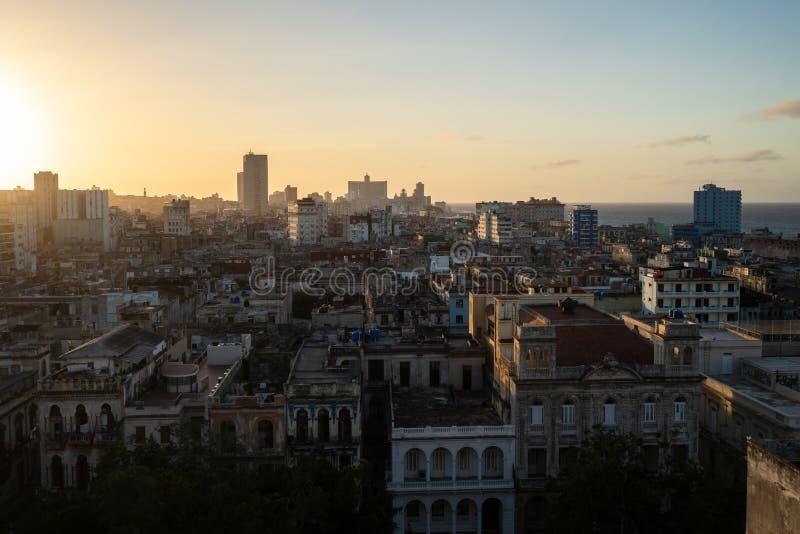 Solnedg?ng ?ver staden av havannacigarren, Kuba arkivfoton
