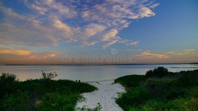 Solnedg?ngen ?ver Brighton-Le-sanderna s?tter p? land, Sydney, royaltyfri fotografi