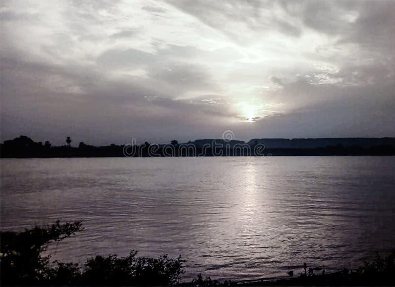 Solnedg?nghimmel ?ver Nil Luxor, Egypten - svart och Whit royaltyfria foton