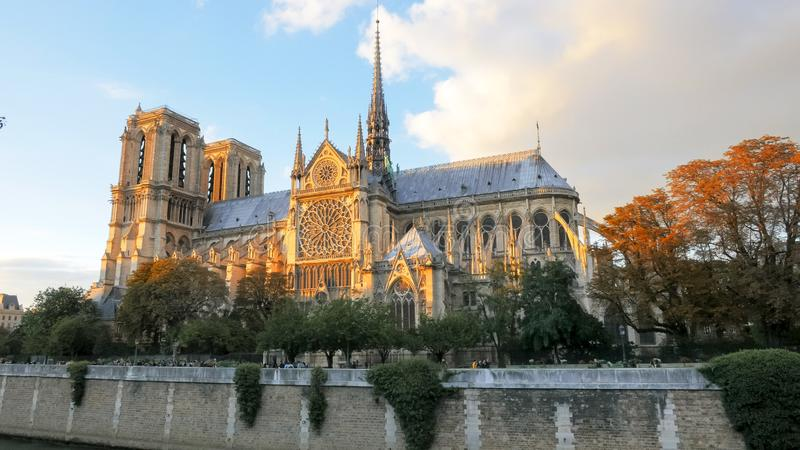 Solnedg?ngsikt av den Notre Dame domkyrkan i paris arkivbild