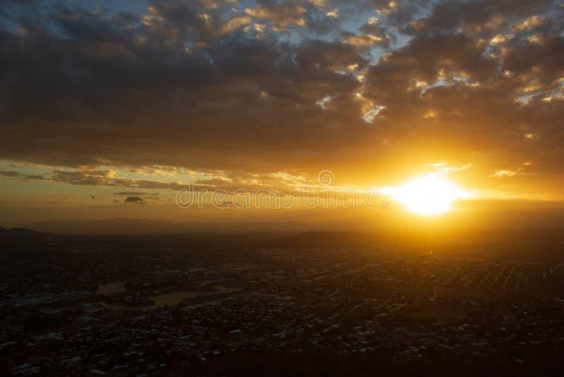 Solnedg?ngsikt av Townsville, Queensland, Australien som ser fr?n slottkullen in mot kusten och det lugna havet royaltyfri bild
