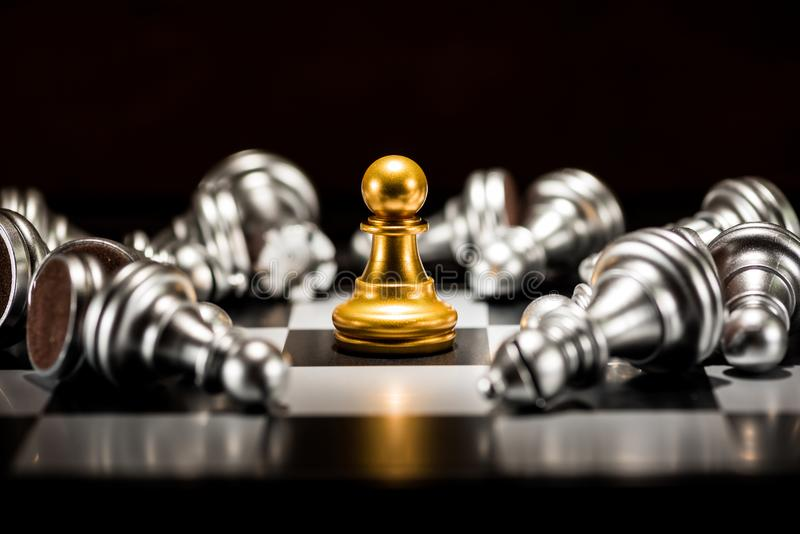 Solo ajedrez del empeño del oro rodeado por varia plata caida c imágenes de archivo libres de regalías