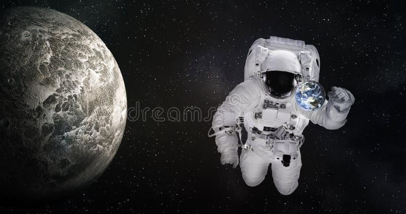 Solo astronauta gigante en espacio exterior cerca de la tierra minúscula y del planeta moonlike Los elementos de esta imagen fuer foto de archivo libre de regalías