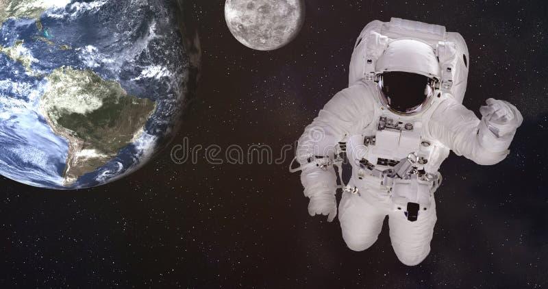 Solo astronauta gigante en espacio exterior cerca de la tierra y de la luna Los elementos de esta imagen fueron suministrados por imagen de archivo