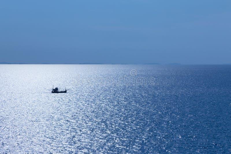 Solo barco de pesca en el océano fotos de archivo