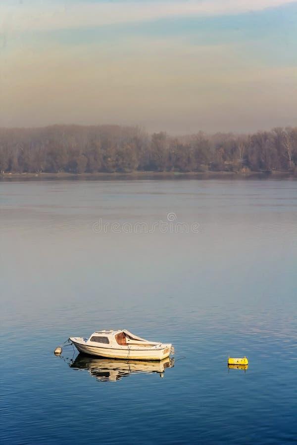 Solo barco de pesca en el río foto de archivo