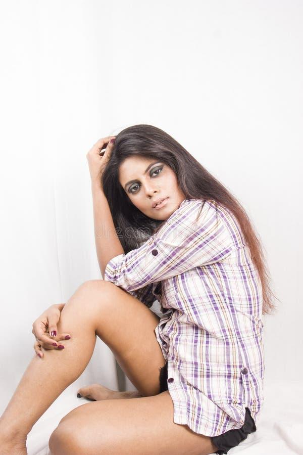 Solo beeld van mooi Indisch vrouwelijk model in van het controleoverhemd en denim borrels royalty-vrije stock afbeelding