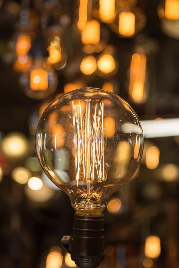 Solo bulbo de la luz eléctrica del vintage con el filamento incandescente fotografía de archivo