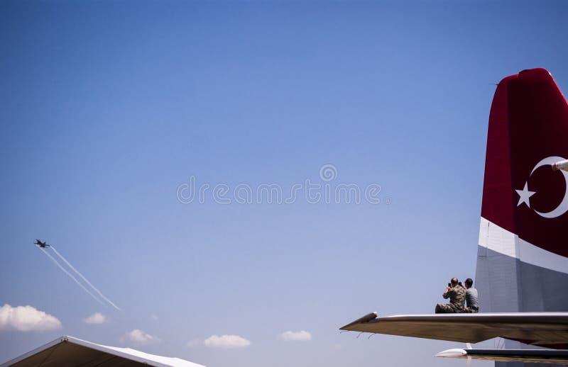 Solo de oorlogsvliegtuig van Turk op een demonstratievlucht stock fotografie