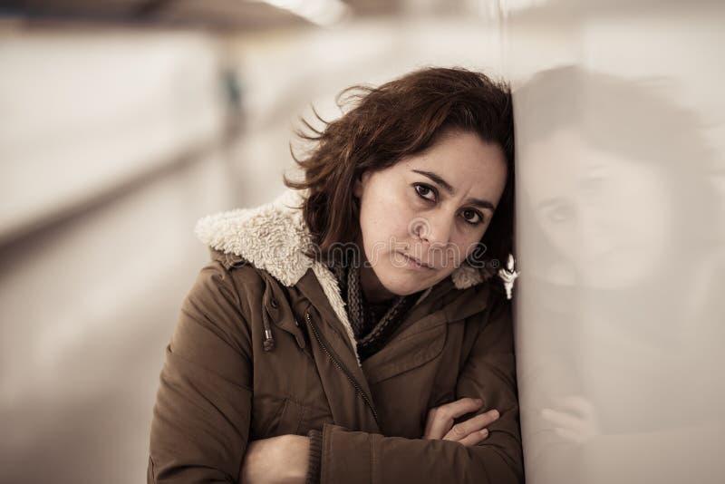 Solo desgraciado gritador triste deprimido de la sensaci?n de la mujer joven en submarino fotografía de archivo