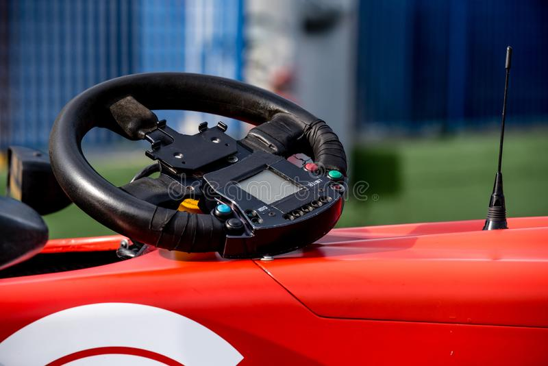 Solo detalle del volante del coche de competición de la fórmula del seater foto de archivo