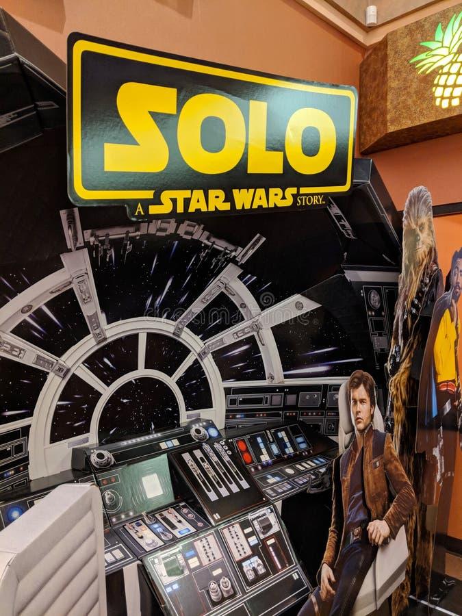 Solo - en Star Wars berättelseannons som presenterar insidan av milleniumfalken royaltyfria foton