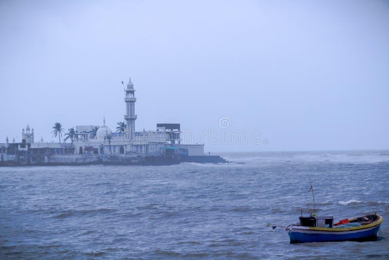 Solo ett fartyg i ett Arabian Sea på Mumbai med Haji Ali Dargah At bakgrund royaltyfri bild