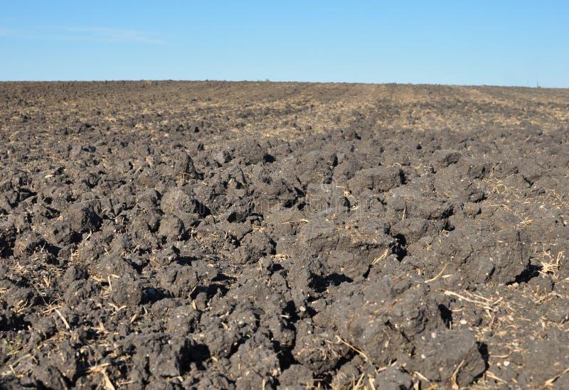 Solo fértil, arado de um campo agricultural imagem de stock