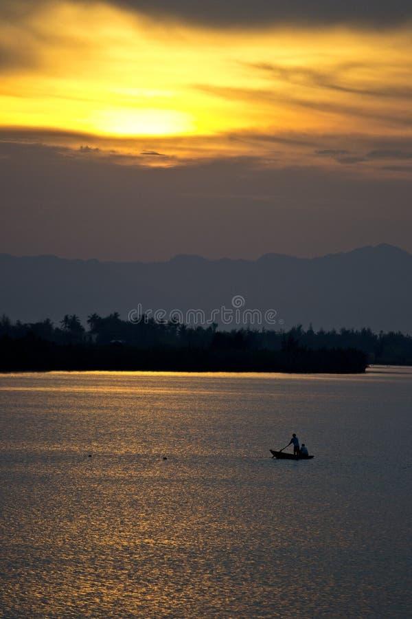 Solo fartyg på solnedgången royaltyfri foto