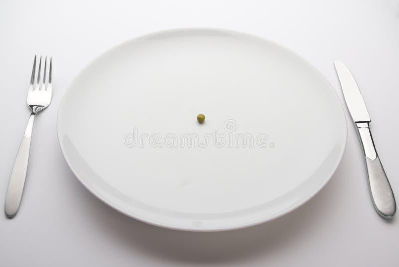 Solo guisante en una placa de cena imagen de archivo