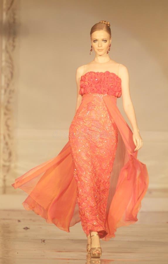Weibliches Modell an der Modeschau, die Lattest Sammlung trägt stockbild