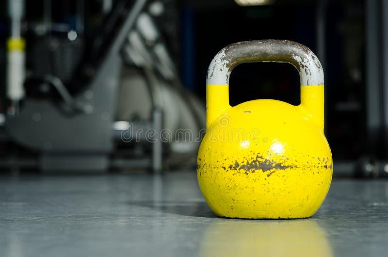Solo kettlebell en el piso del gimnasio listo para utilizar para la fuerza y el concepto de condicionamiento del deporte del entr imagen de archivo