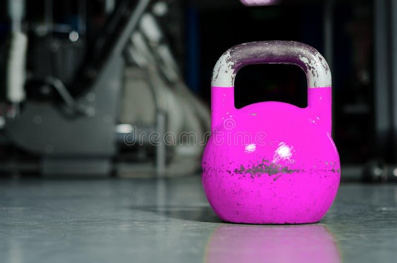 Solo kettlebell en el piso del gimnasio listo para utilizar para la fuerza y el concepto de condicionamiento del deporte del entr foto de archivo libre de regalías