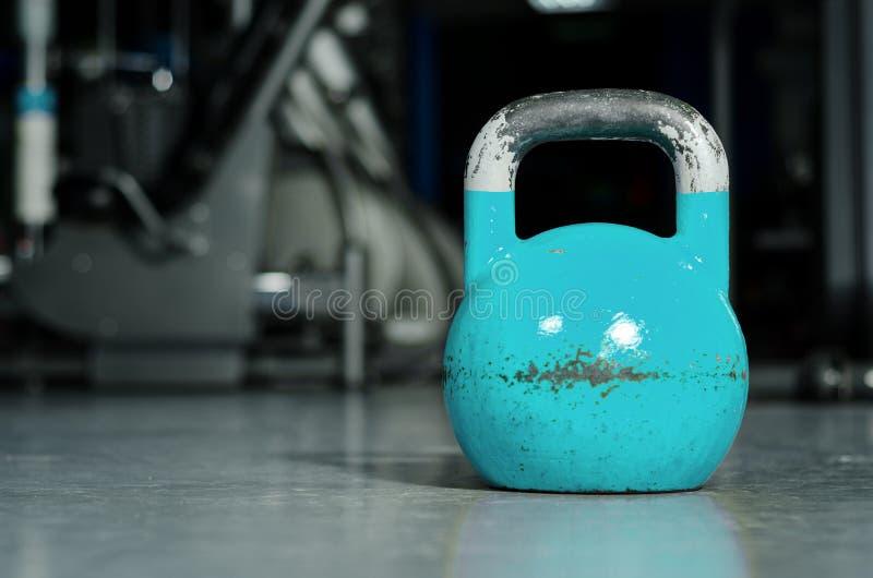Solo kettlebell en el piso del gimnasio listo para utilizar para la fuerza y el concepto de condicionamiento del deporte del entr fotografía de archivo libre de regalías