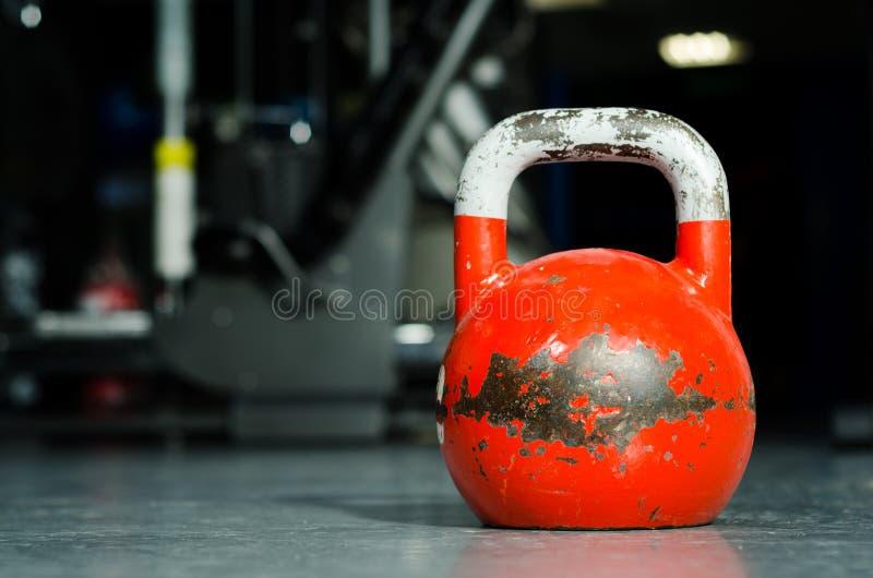 Solo kettlebell en el piso del gimnasio listo para utilizar para la fuerza y el concepto de condicionamiento del deporte del entr fotos de archivo