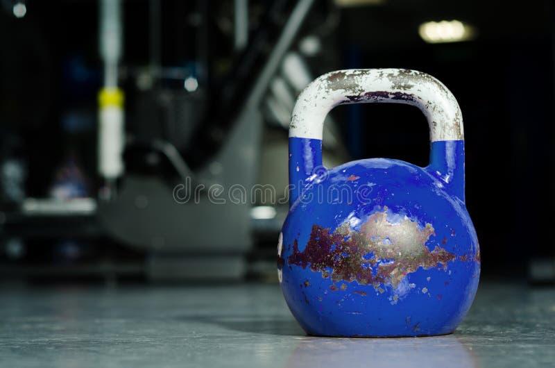 Solo kettlebell en el piso del gimnasio listo para utilizar para la fuerza y el concepto de condicionamiento del deporte del entr imágenes de archivo libres de regalías