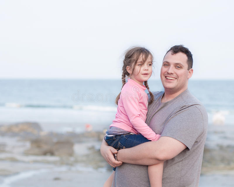 Solo padre feliz que detiene a su hija imagen de archivo