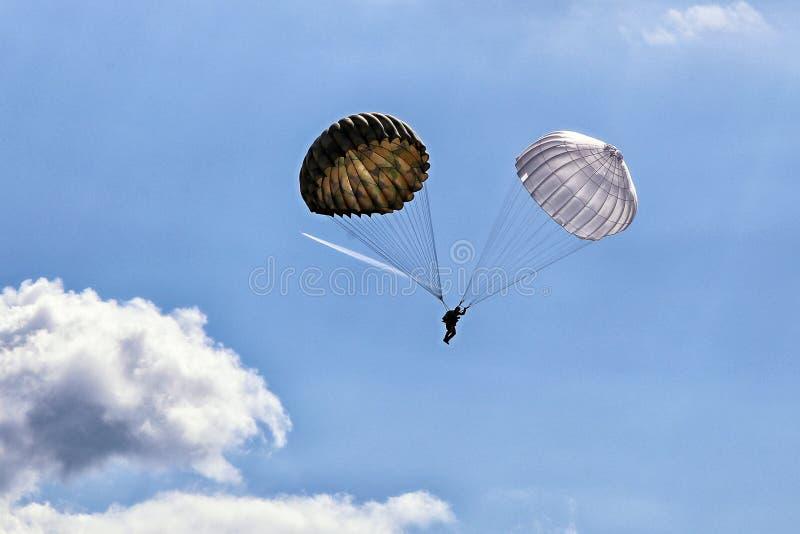 Solo paracaidista con pares de paracaídas del vintage fotografía de archivo