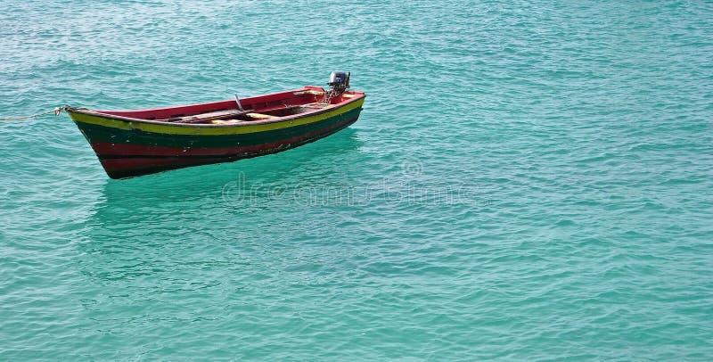 Solo pequeño barco de pesca en agua del océano de la turquesa imágenes de archivo libres de regalías