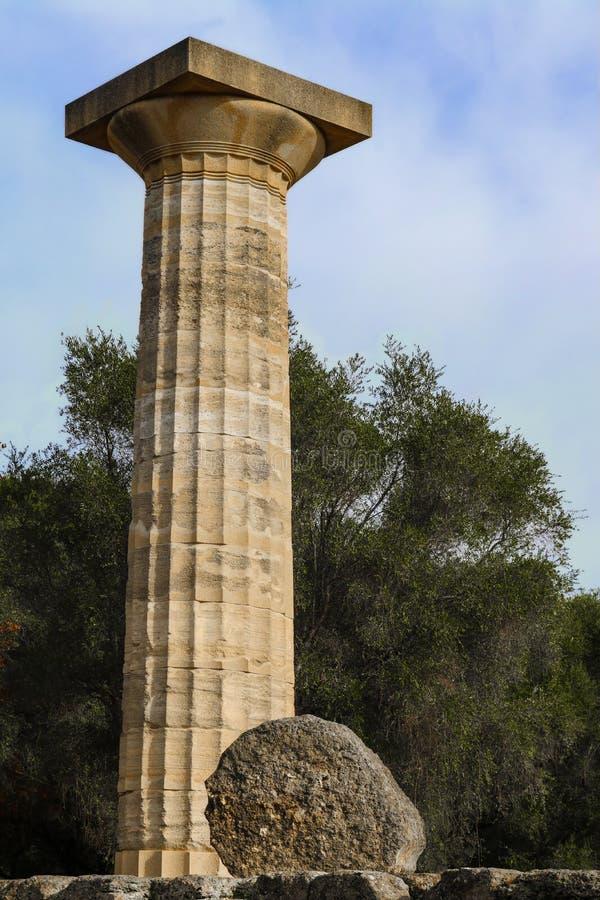 Solo pilar de tres del templo de Zeus en Olympia Greece antigua reconstruida con la sección caida en lado en la parte inferior foto de archivo