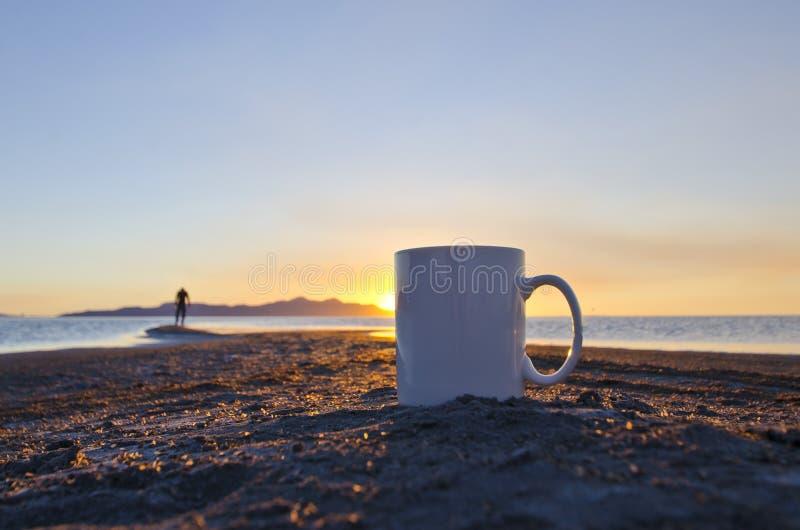 Solo pusty kawowy kubek i samotny mężczyzna zdjęcie stock