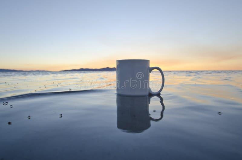 Solo pusty kawowy kubek w wielkiej słone jezioro wodzie zdjęcia stock